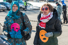 Les activistes tiennent les masques, le symbole de l'émeute de chat sur le piquet à Photographie stock libre de droits