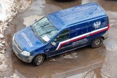 MOSCOU, RUSSIE - 26 MARS 2018 : Service de distribution de Lada Kalina de voiture du courrier russe Images libres de droits