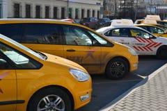 Moscou, Russie - 14 mars 2016 Taxis de Yandex se tenant dans la rangée Photo libre de droits