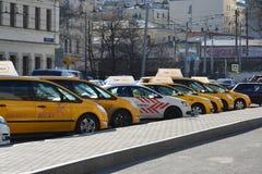 Moscou, Russie - 14 mars 2016 Taxis de Yandex se tenant dans la rangée Photographie stock libre de droits
