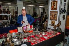 Moscou, Russie - 19 mars 2017 : Vendeur d'argent et des antiquités sur le marché aux puces, acheteurs de attente Image libre de droits