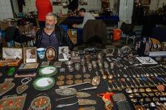 Moscou, Russie - 19 mars 2017 : Vendeur des antiquités sur le marché aux puces en prévision des acheteurs Image libre de droits