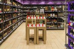 Moscou, Russie - 18 mars 2017 Vente de l'alcool dans les produits de magasin Azbuka Vkusa dans Zelenograd Photographie stock libre de droits