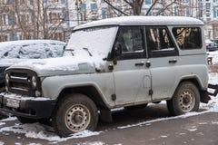 moscou Russie NOVEMBRE, 30 2018 : Chasseur abandonné gris puissant de SUV UAZ dans la cour d'une maison photographie stock