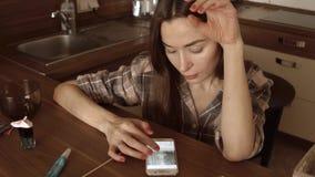 MOSCOU, RUSSIE - novembre, 20, 2016 Femme de brune employant Instagram APP dans son smartphone à la maison vidéo du steadicam 4K banque de vidéos