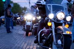 MOSCOU, RUSSIE - 6 OCTOBRE 2013 : A arrêté le vélo avec un phare allumé Photographie stock libre de droits