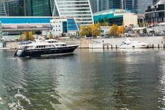 MOSCOU, RUSSIE - 24 OCTOBRE 2017 : Embarcations de plaisance modernes de classe d'affaires à côté du quai du centre international Images libres de droits
