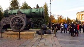 Moscou, Russie - 9 octobre 2016 Les touristes considèrent le canon de tsar dans Kremlin clips vidéos