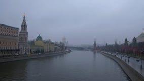 Moscou, Russie, panorama de Kremlin dans le jour pluvieux et brumeux, la rivière de Moscou banque de vidéos