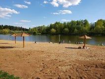 Moscou, Russie - peuvent 07 2018 plage de ville sur l'étang dans Zelenograd Photographie stock libre de droits