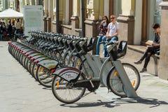 Moscou, Russie - peuvent 14 2016 Stationnement de bicyclette dans le pont de Kuznetsk de rue Photographie stock