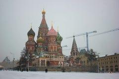 Moscou, Russie, place rouge, vue de cathédrale de St Basil en hiver Photo libre de droits
