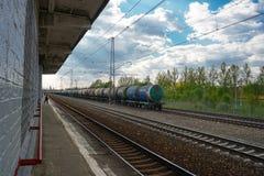 Moscou, Russie, rentrant à la maison après travail de la station de train, attendant le prochain, périphéries de Moscou image stock