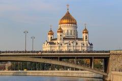 Moscou, Russie - 2 septembre 2018 : Cathédrale du Christ le sauveur à Moscou contre le pont de Bolshoy Kamennyi au-dessus de la r photo libre de droits