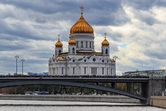 Moscou, Russie - 30 septembre 2018 : Cathédrale du Christ le sauveur à Moscou sur un fond de pont de Bolshoy Kamennyi dedans photographie stock