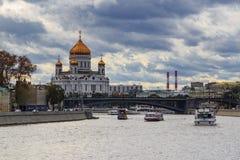 Moscou, Russie - 30 septembre 2018 : Cathédrale du Christ le sauveur à Moscou sur un fond de remblai de rivière de Moskva dedans images libres de droits