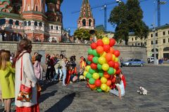 Moscou, Russie - 23 septembre 2017 Jeunes filles avec des ballons sur le spusk de Vasilyevsky Photographie stock libre de droits