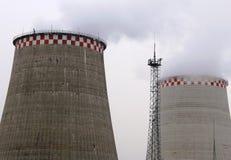 Moscou, Russie, 2018 : Usine de production combinée de chaleur et d'électricité/centrale thermique/tours de refroidissement Photos libres de droits