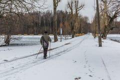 Moscou, Russie vers en janvier 2017 - l'homme marche sur une route de neige dedans Images stock