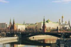 Moscou/Russie - 04 2019 : vue de Moscou Kremlin et rivière avec un pont photo libre de droits