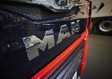 MOSCOU, SEPT, 5, 2017 : La vue sur le radiateur rouge de capot de camion avec l'HOMME troque le logo Logotype argenté en métal su Photographie stock libre de droits