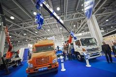 MOSCOU, SEPT, 5, 2017 : Vue sur de nouvelles voitures adaptées aux besoins du client de camion de grue et de camion de service po Image stock