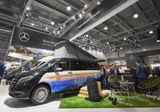 MOSCOU, SEPT, 5, 2017 : Vue sur le monospace Mercedes Benz Marco Polo de camping-car avec l'objet exposé d'endroit de BBQ de pelo Images stock