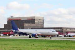 L'avion de ligne de passager est dans l'aéroport de Sheremetyevo Image stock