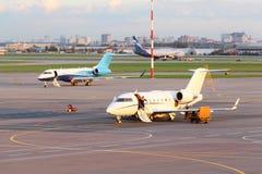 Les avions de ligne se tiennent sur la piste dans l'aéroport de Sheremetyevo Image stock