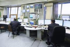 Travail d'expéditeurs dans l'aéroport de Sheremetyevo Photographie stock libre de droits