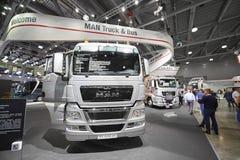 MOSCOU, SETEMBRO, 5, 2017: Caminhão de prata do HOMEM na exposição ComTrans-2017 do transporte comercial Exibições dos caminhões  Fotos de Stock