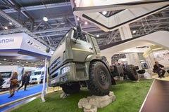 MOSCOU, SETEMBRO, 5, 2017: Exibição pesada verde poderosa do caminhão da lama de Kamaz na exposição ComTrans-2017 do transporte c Fotos de Stock Royalty Free