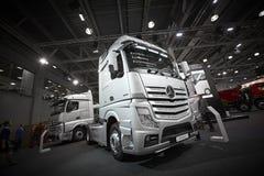 MOSCOU, SETEMBRO, 5, 2017: A prata transporta exibições de Mercedes-Benz Actros na exposição ComTrans-2017 do transporte comercia Foto de Stock