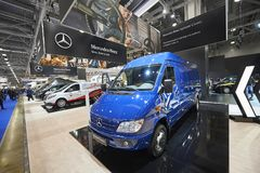 MOSCOU, SETEMBRO, 5, 2017: Vista exibição de Mercedes Benz Spinter do ônibus da carrinha azul na mini na exposição ComTrans-2017  Foto de Stock Royalty Free