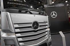 MOSCOU, SETEMBRO, 5, 2017: A vista na prata transporta exibições de Mercedes-Benz Actros na exposição ComTrans-2017 Commerc do tr Imagens de Stock Royalty Free