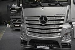 MOSCOU, SETEMBRO, 5, 2017: A vista na prata transporta exibições de Mercedes-Benz Actros na exposição ComTrans-2017 do transporte Imagens de Stock Royalty Free