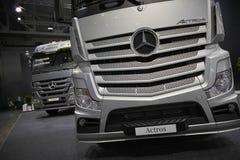 MOSCOU, SETEMBRO, 5, 2017: A vista na prata transporta exibições de Mercedes-Benz Actros na exposição ComTrans-2017 do transporte Foto de Stock