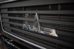 MOSCOU, SETEMBRO, 5, 2017: A vista no radiador cinzento da capa do caminhão com russo de MAZ transporta o logotipo Fim do logotip Fotografia de Stock Royalty Free
