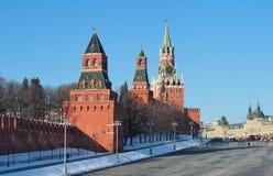 Moscou, Vasilyevsky Descent, vista das torres do Kremlin imagens de stock royalty free