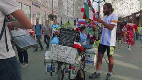 MOSCOU - VERS EN JUIN 2018 : Éventez d'Argentine qui est venue en Russie par pose de bicyclette et a laissé des personnes faire d banque de vidéos