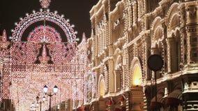moscou Ville de nuit décorée de l'illumination de Noël Les lumières de clignotement des bâtiments an neuf de thème clips vidéos