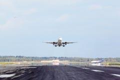 Airbus da pista de decolagem da decolagem de Aeroflot no aeroporto Fotos de Stock Royalty Free