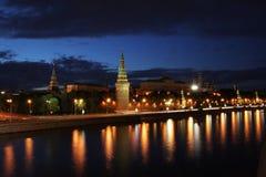 Moscovo Kremlin com rio Imagens de Stock