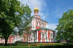 Moscovo, Rússia Convento de Novodevichy Igreja da suposição com a câmara do refeitório fotografia de stock royalty free