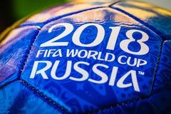 Moscovo, Rússia 29 de abril de 2018 Bola da lembrança com os emblemas do campeonato do mundo 2018 de FIFA em Moscou Fotografia de Stock