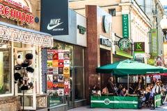 Lojas e restaurantes em Arbat velho Foto de Stock Royalty Free