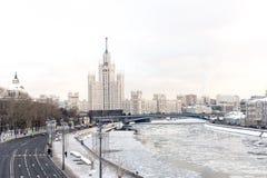 Moscovo, Rússia 9 de janeiro de 2018 Uma vista da terraplenagem do rio de Moscou em um dia de inverno Imagens de Stock