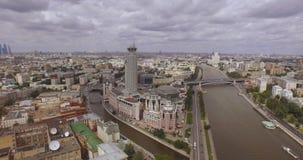 Moscovo, Rússia A ideia aérea montes vermelhos culturais do centro do russo 'inclui um centro de negócios 'torres do beira-rio ', video estoque