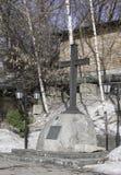 Moscovo, Rússia A igreja de São Nicolau em Kotelniki Adore a cruz no território do templo fotografia de stock