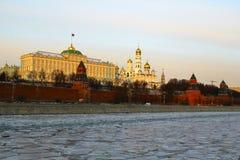 Moscovo, Rússia Vista ao Kremlin de Moscou no por do sol Imagens de Stock Royalty Free